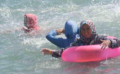 شنای دختران ترک در ساحل دریا