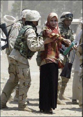 بازرسی بدنی زنان عراقی توسط سربازان آمریكایی